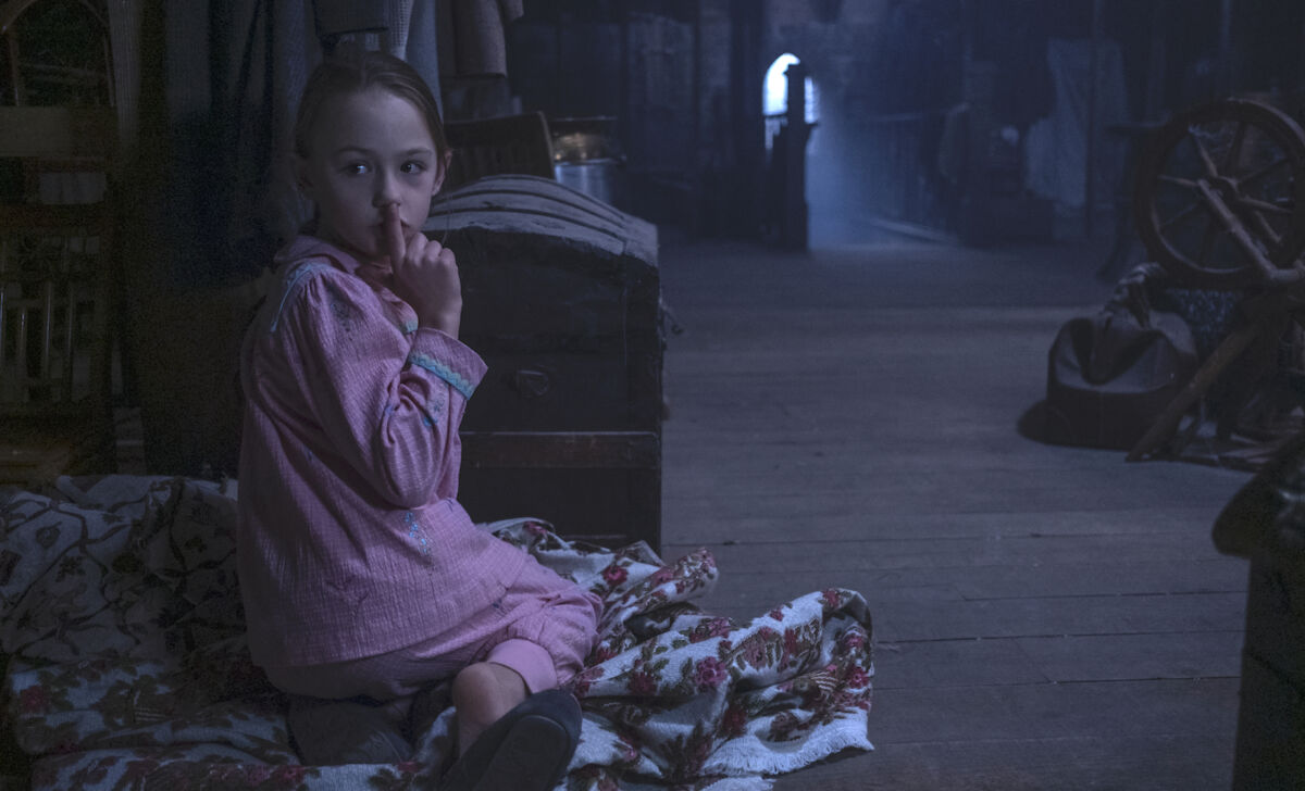 THE HAUNTING OF BLY MANOR (L to R) AMELIE BAE SMITH as FLORA in THE HAUNTING OF BLY MANOR. Cr. EIKE SCHROTER/NETFLIX © 2020